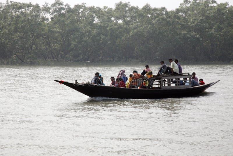 Drewniana łódź krzyżuje Ganges rzekę w Sundarbans, Zachodni Bengalia, India obrazy royalty free
