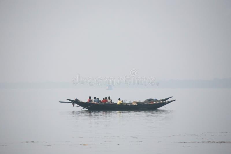 Drewniana łódź krzyżuje Ganges rzekę w Sundarbans, Zachodni Bengalia, India fotografia royalty free