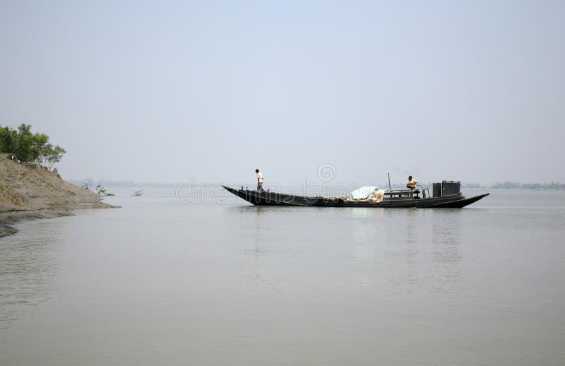 Drewniana łódź krzyżuje Ganges rzekę w Sundarbans, Zachodni Bengalia, India fotografia stock