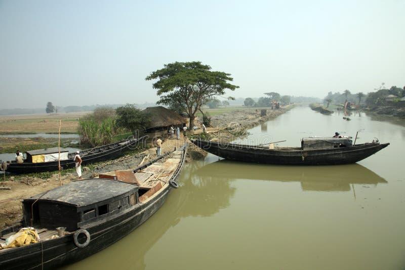 Drewniana łódź krzyżuje Ganges rzekę w Zachodnim Bengalia, India zdjęcie stock
