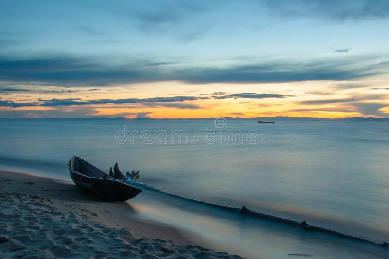Drewniana łódź na brzeg jeziorny Baikal w wieczór fotografia royalty free