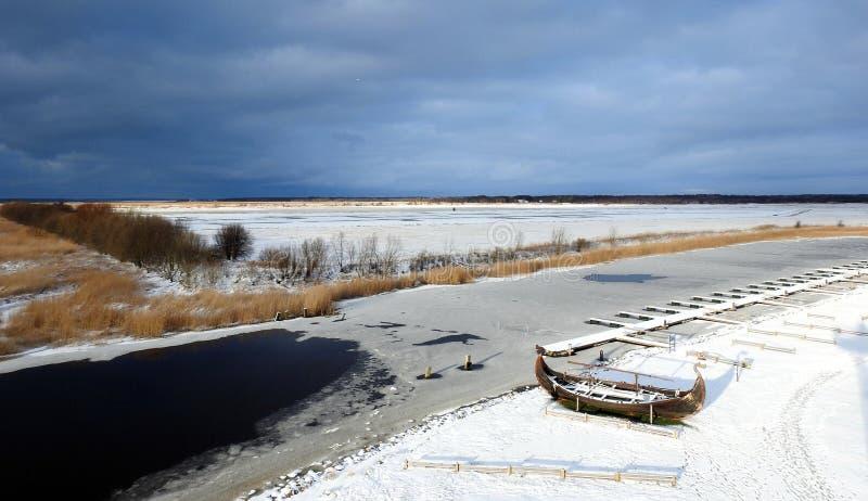 Drewniana łódź na Curonian pluje brzeg, Lithuania zdjęcie royalty free