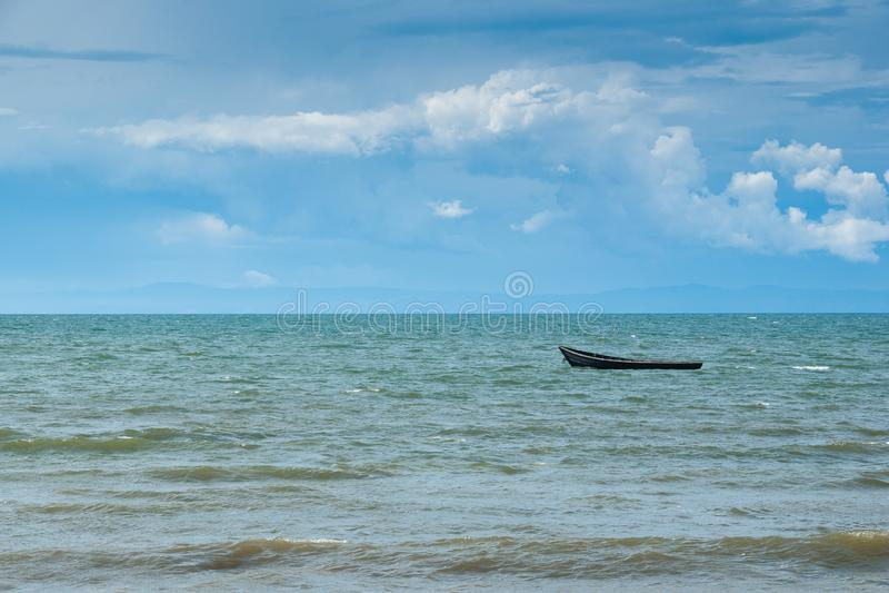 Drewniana łódź na jeziornym Baikal, góry na horyzoncie zdjęcia royalty free