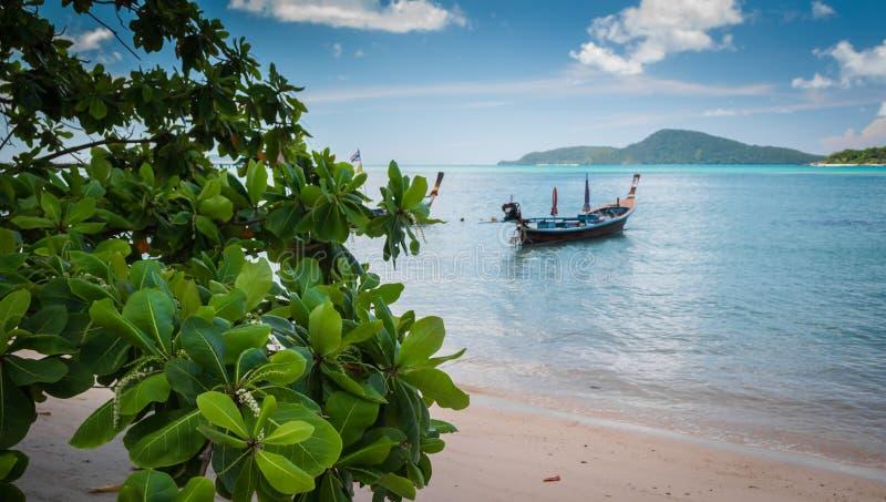 Drewniana łódź na morzu pod światłem słonecznym fotografia royalty free