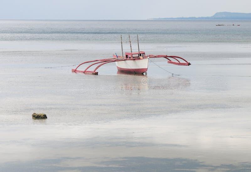 Drewniana łódź na morzu w Bangbao, Filipiny obraz stock