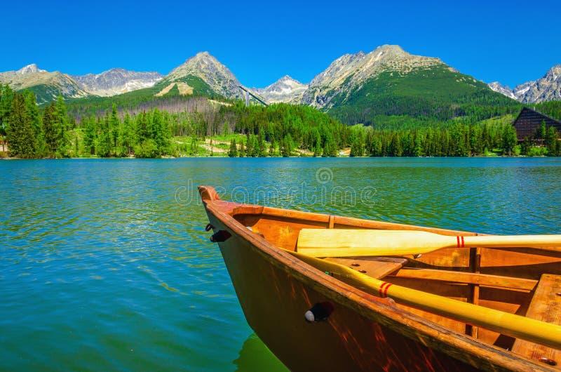 Drewniana łódź na pięknym halnym jeziorze zdjęcie royalty free