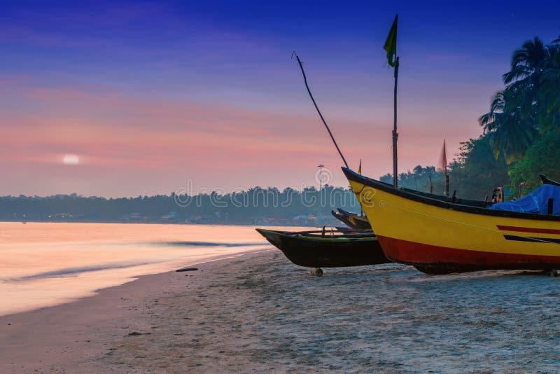 Drewniana łódź rybacka na plaży Goa obrazy stock