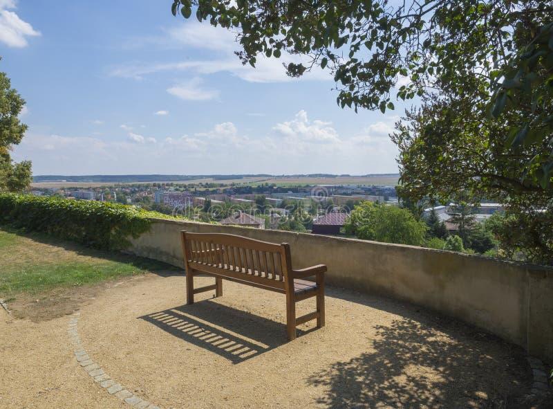 Drewniana ławka dla relaksować w kasztelu parku z widokiem na Benatky nad Jizerou obraz stock