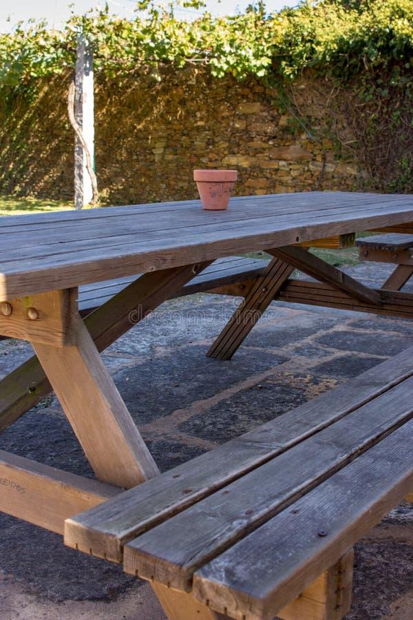 Drewniana ławka i stół w podwórko Pykniczny stół z garnkiem w parku na terenach odkrytych meble obraz royalty free