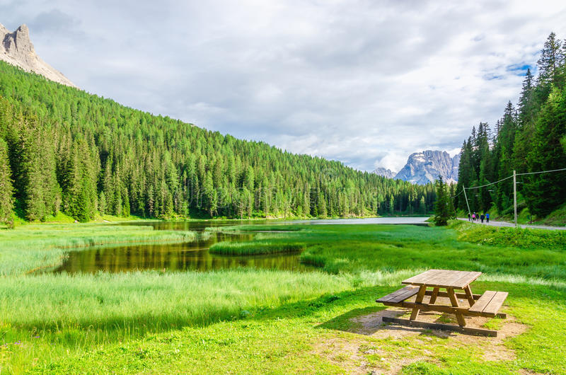 Drewniana ławka i stół w pyknicznym terenie, Włochy obrazy royalty free