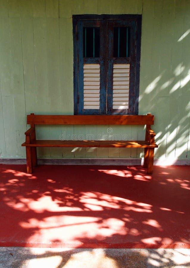Drewniana ławka i stary okno zdjęcie royalty free