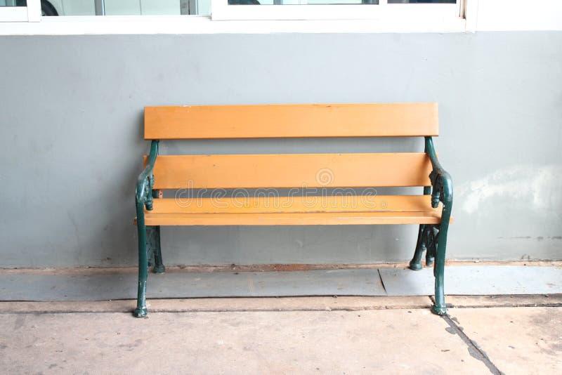 Drewniana ławka na szarym tle fotografia stock