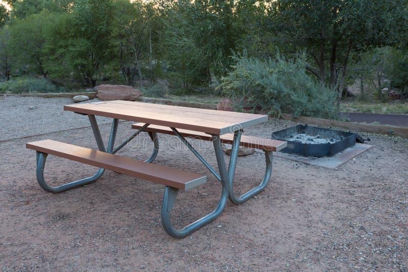 Drewniana ławka w campingowym terenie zdjęcia stock