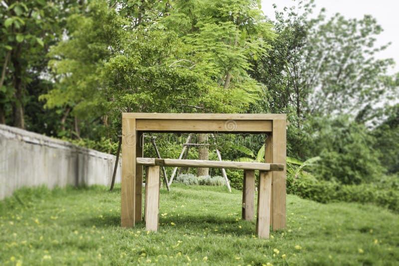 Drewniana ławka w outdoors ogródzie w lecie zdjęcia royalty free