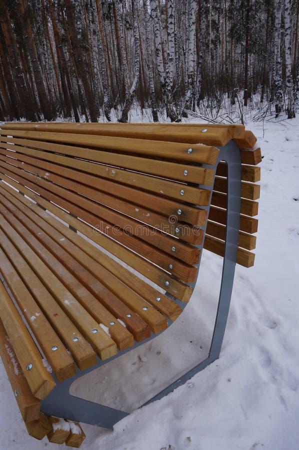 Drewniana ławka w zima lesie obrazy royalty free