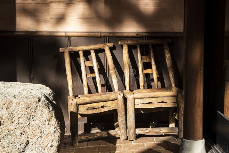 Drewniana ławka z starą ścianą obrazy stock