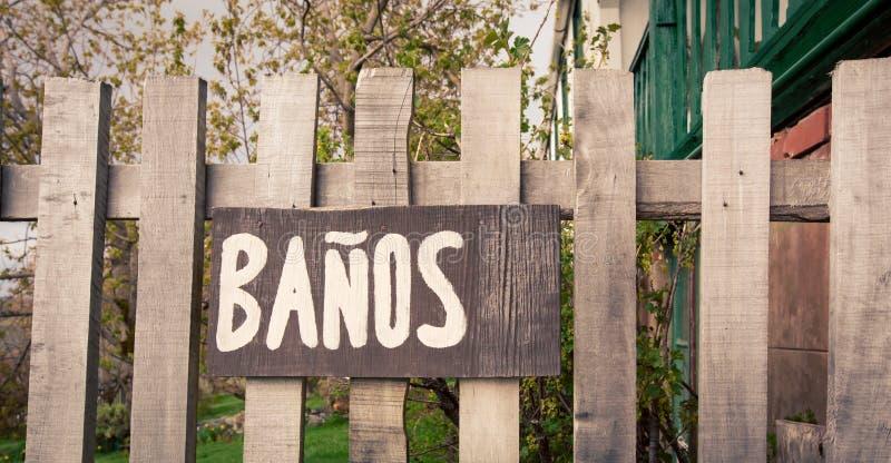 Drewniana łazienka podpisuje wewnątrz hiszpańszczyzny obraz royalty free