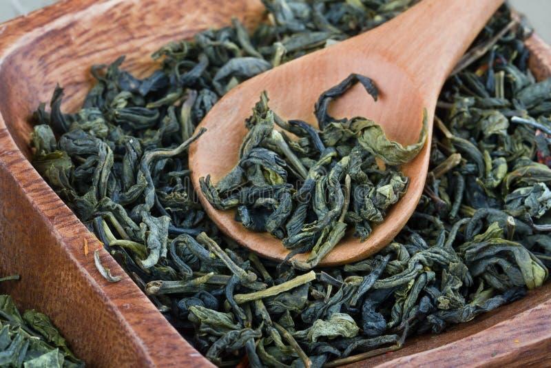 Drewniana łyżka i zielona herbata zdjęcia royalty free