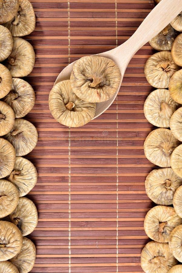Drewniana łyżka z wysuszonymi figami obraz royalty free