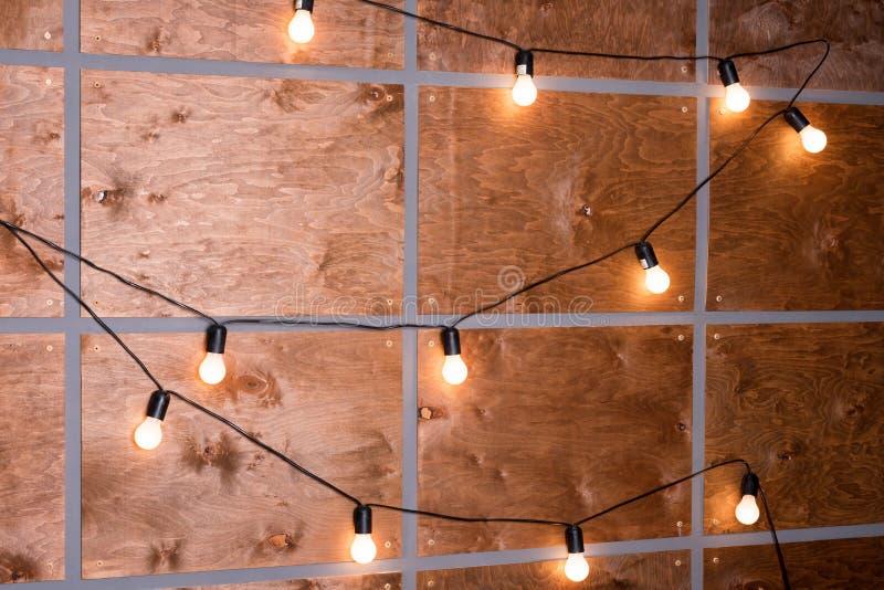 Drewniana ściana dekorująca elektrycznymi lampami Dekoracyjny antykwarski Edison styl obraz stock