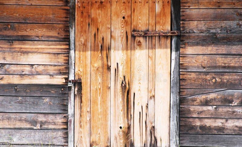 Drewniana ściana i drzwi blokujący obraz royalty free