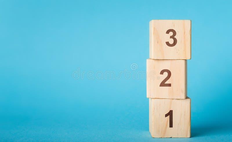 Drewniana abecadło liczba blokuje 123 na błękitnym tle zdjęcia stock