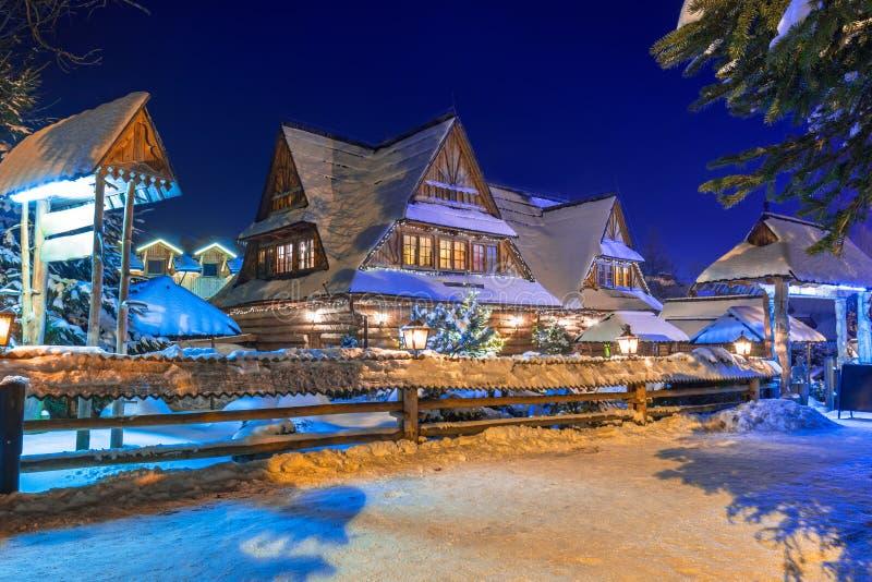 Drewniana architektura Zakopane przy śnieżną nocą obrazy stock