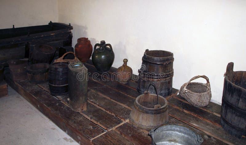 Drewniana bednia dla chodzić tupiąc, wiader i innych antykwarskich gospodarstwo domowe rzeczy w piwnicie tradycyjna Bułgarska wio zdjęcie stock