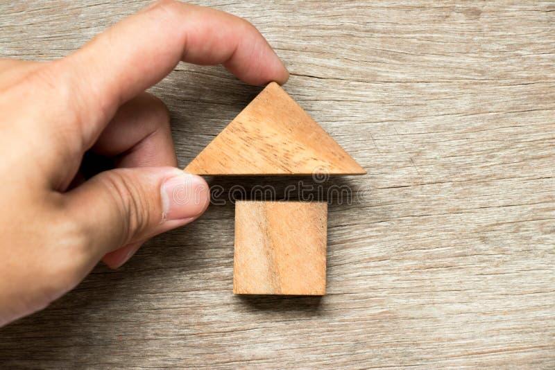 Drewniana blokowa łamigłówka w domowym kształcie czekać na ukończenie fotografia stock