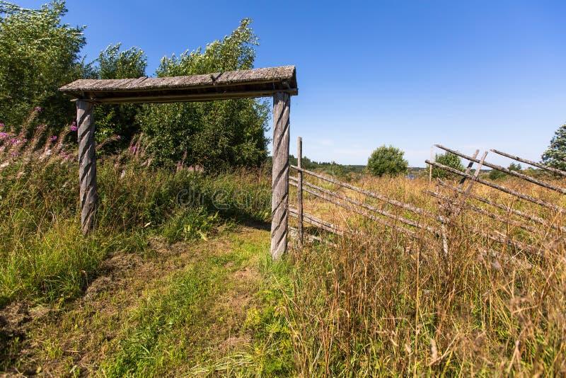 Drewniana brama i pole w wiosce Natura zdjęcia stock