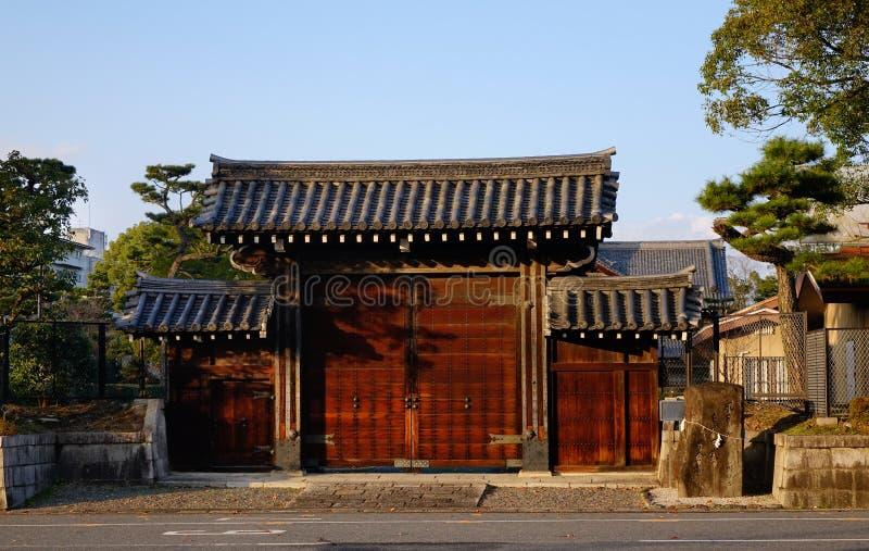 Drewniana brama przy antycznym pałac w Kyoto, Japonia zdjęcie stock