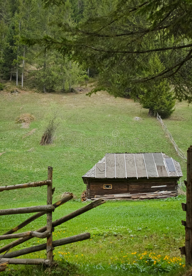 Drewniana chałupa na wzgórzu w wiośnie zdjęcie stock