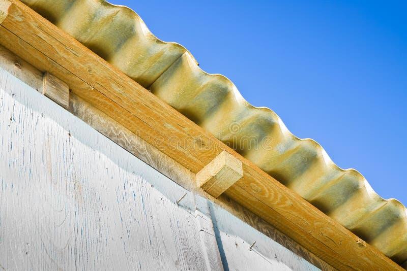Drewniana cha?upa z niebezpiecznym azbesta dachem zdjęcie stock