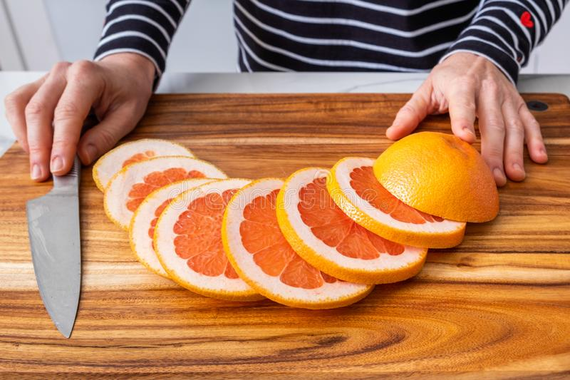 Drewniana ciapanie deska z pokrojony czerwony grapefruitowym obrazy stock
