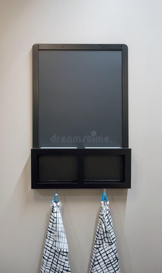 Drewniana czarna kredowa deska z szczeliną dla poczta haczyka dla clo i kosza obraz royalty free