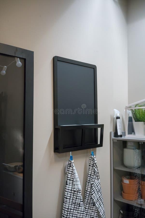 Drewniana czarna kredowa deska z szczeliną dla poczta haczyka dla clo i kosza fotografia royalty free