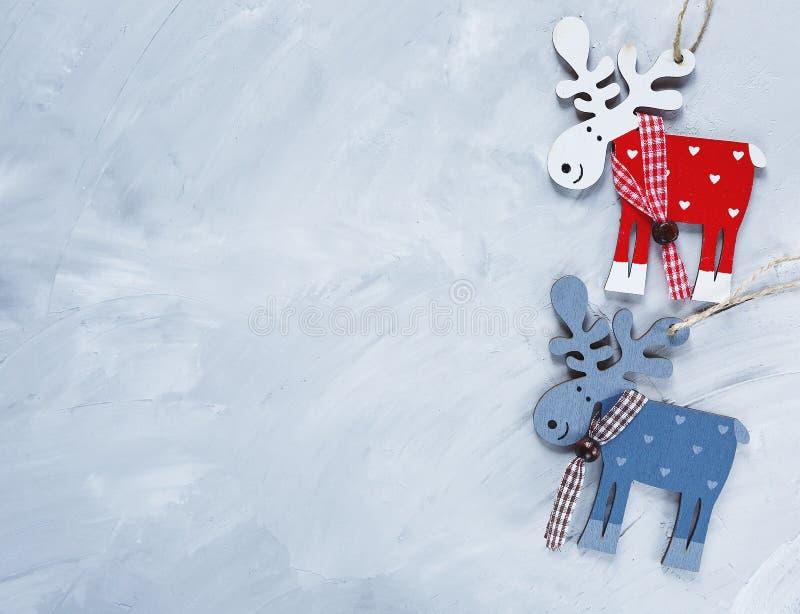 Drewniana czerwień, błękitny rogacz na grunge szarość tle Boże Narodzenia i nowy rok dekoracji pojęcie Mieszkanie nieatutowy zdjęcie stock