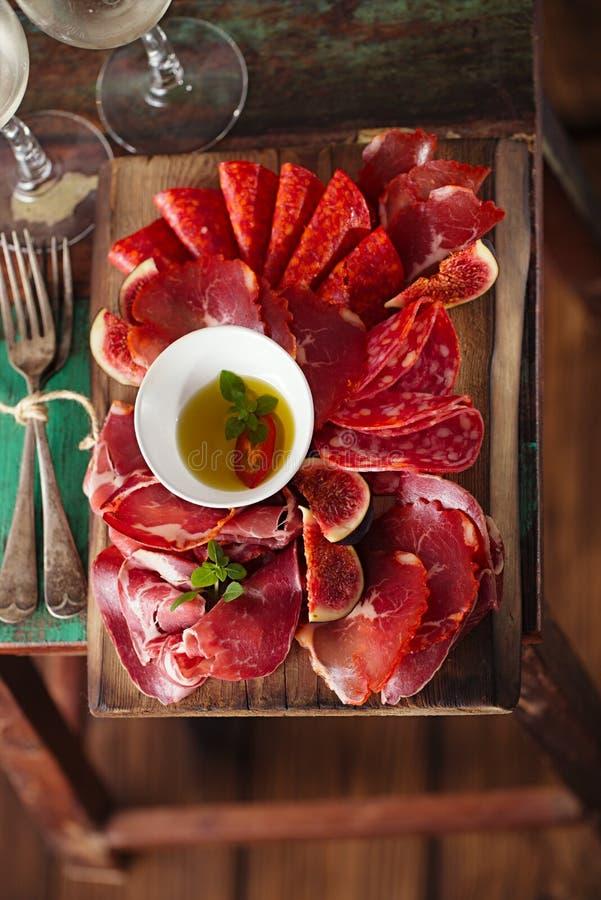 Drewniana deska Asortowani Leczący mięsa obrazy royalty free