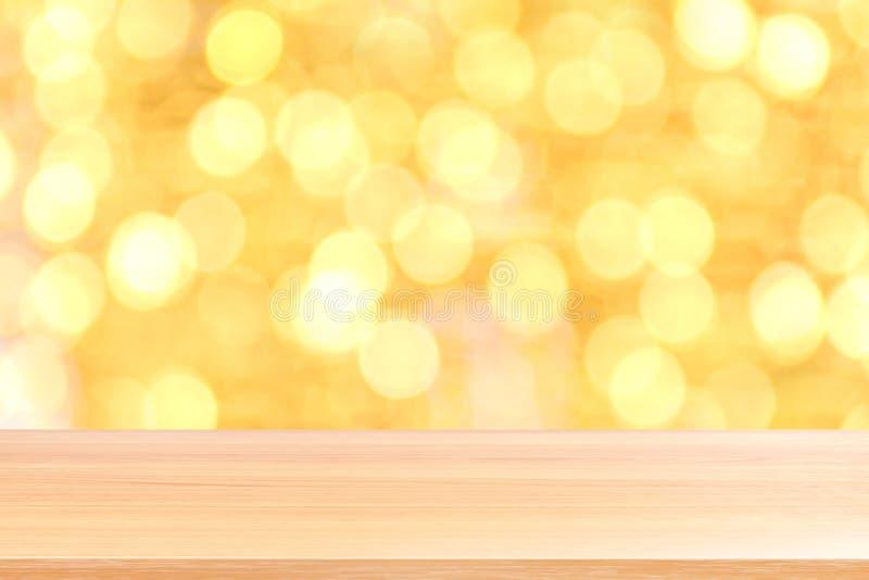 Drewniana deska na bokeh złotym żółtym kolorowym tle, puste drewno stołu podłoga na bokeh błyskotliwości zaświeca złocistego luks fotografia stock