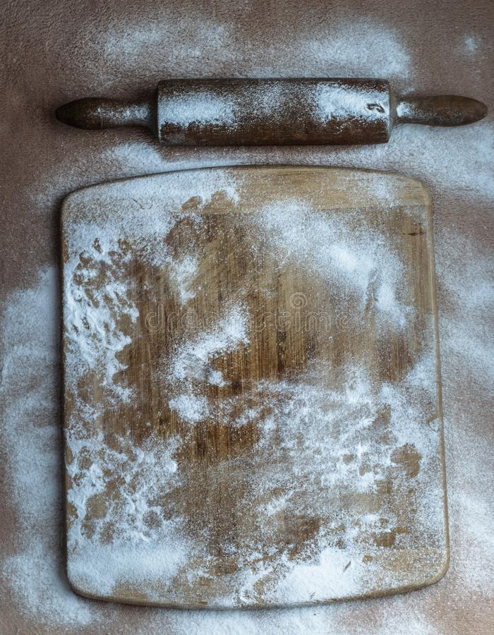 Drewniana deska z mąki i tocznej szpilki dekoracją zdjęcia royalty free