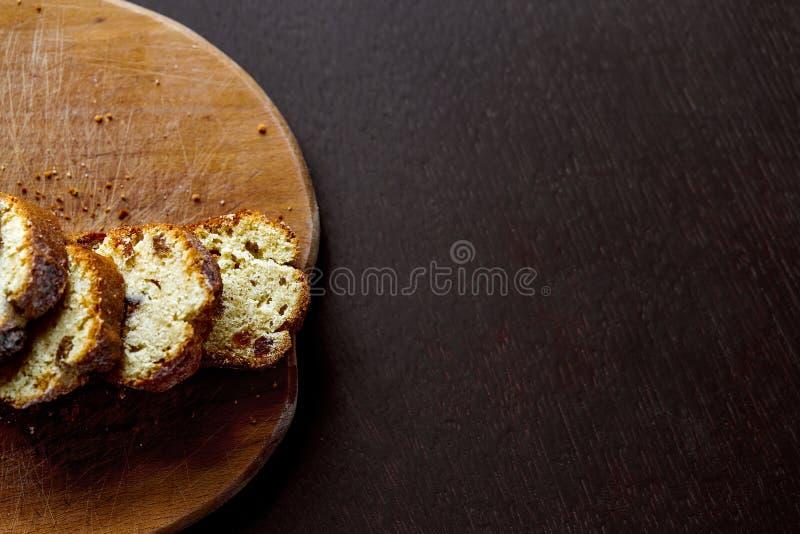 Drewniana deska z słuzyć chlebowym cięciem w plasterki i deserem fotografia royalty free