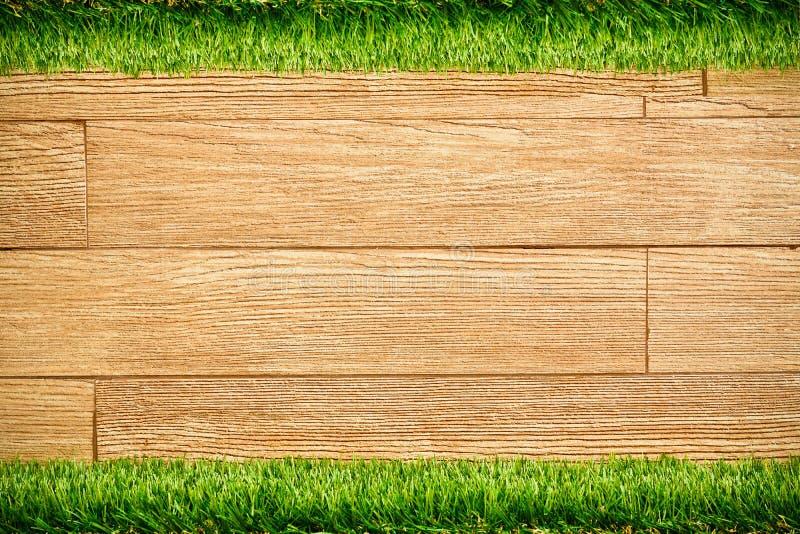 Drewniana deski ściana z trawą fotografia royalty free