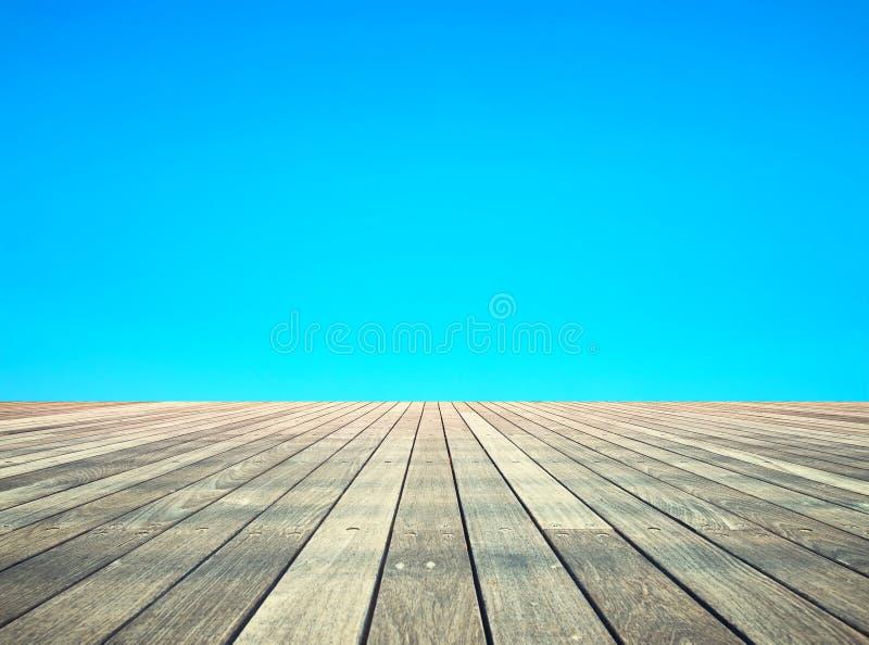 Drewniana deski podłoga, niebieskie niebo i Dolny widok zdjęcie royalty free