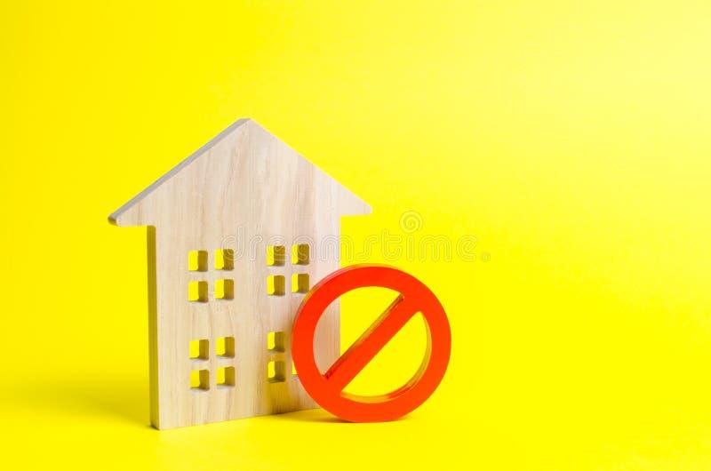 Drewniana domowa figurka, czerwony symbol ŻADNY i zakaz Pojęcie niedostępność lub brak budynek mieszkalny Tam jest żadny sposobno fotografia royalty free
