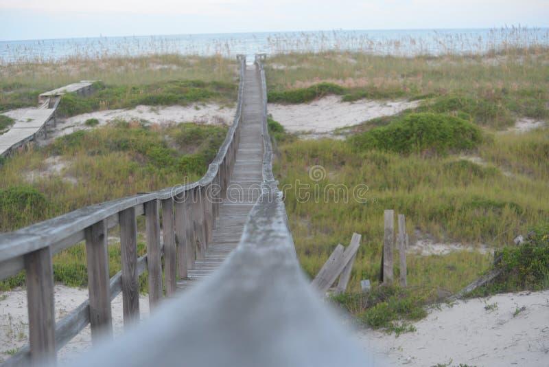 Drewniana droga przemian prowadzi piaskowata linia brzegowa Atlantycki ocean fotografia stock