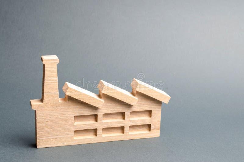 Drewniana figurka fabryka na szarym tle lub roślina Przetwarza? surowych materia?y Poj?cie przemys? i produkcja fotografia stock