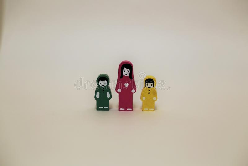 Drewniana figurka matka z dziećmi na białym tle zdjęcia stock