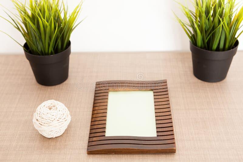 Drewniana fotografii rama na stole zdjęcia stock