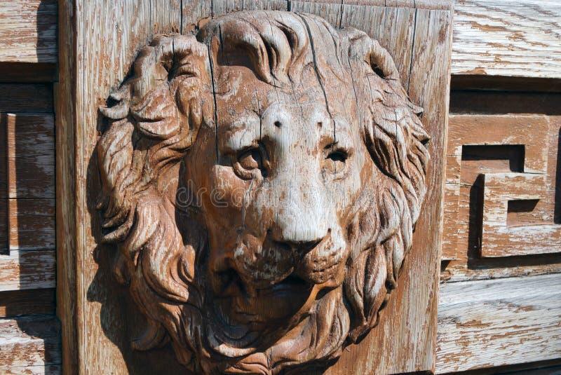 Drewniana głowa lew na antykwarskim drzwi obrazy royalty free