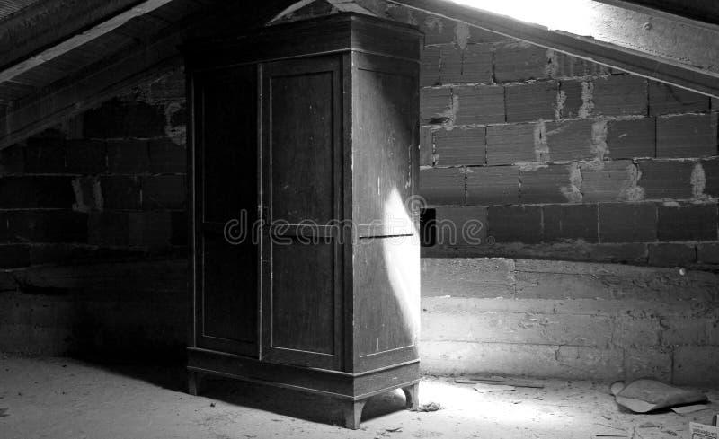 Drewniana garderoba w zakurzonym attyku pepiniera fotografia stock